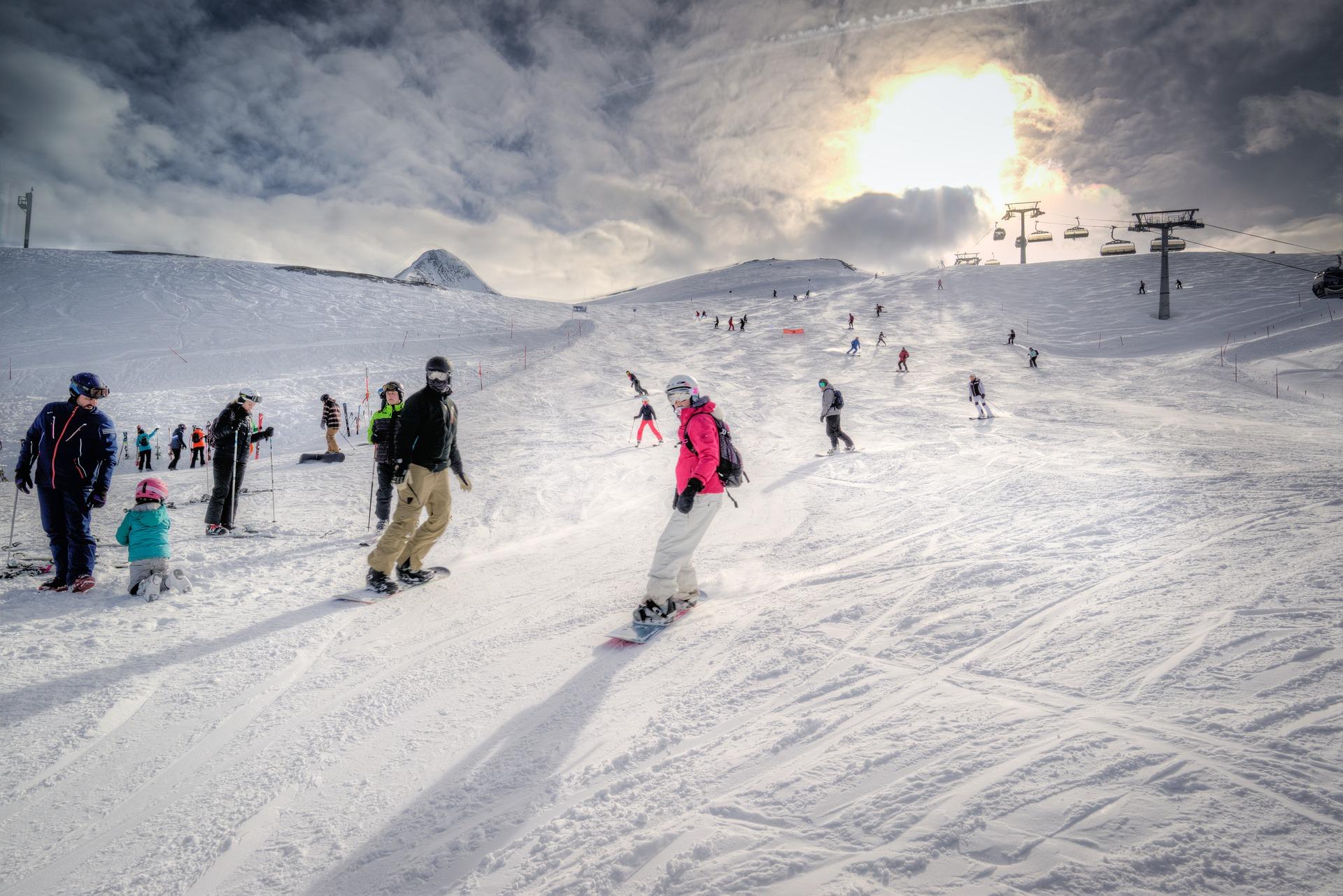 Grupowe wyjazdy na narty i snowboard — czy warto?
